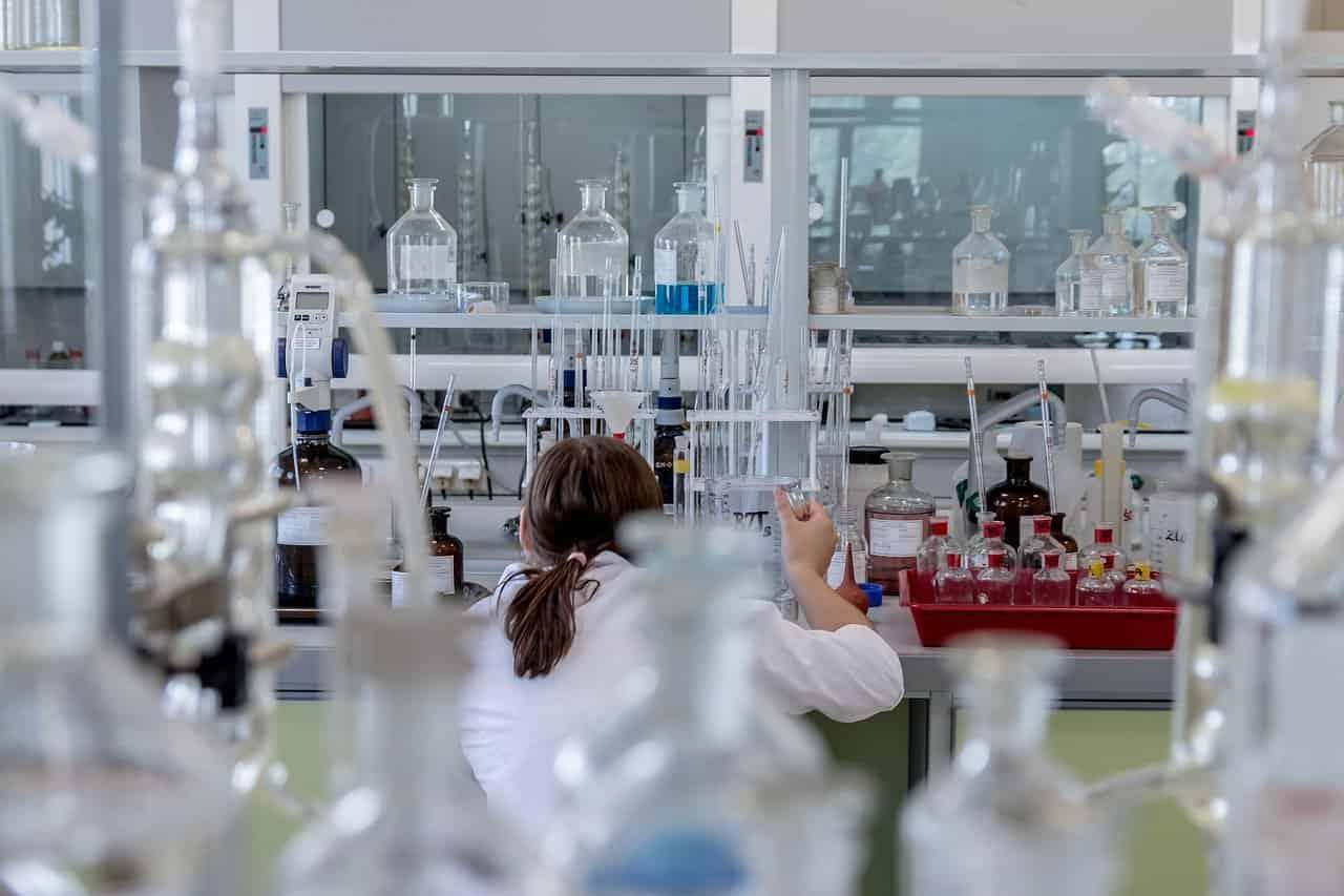 Krzesła specjalistyczne, laboratoryjne i przemysłowe – co to?